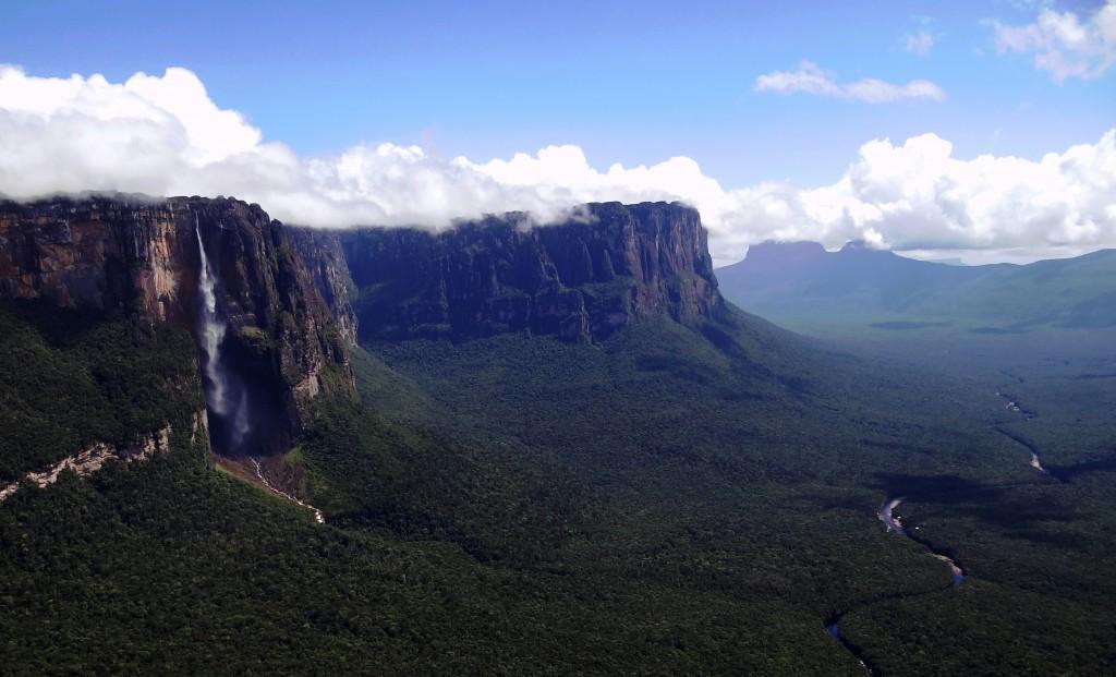 Zgadnijcie, cóż to za stróżka wody po lewej. (fot. (commons.wikimedia.org/Heribert Dezeo/CC BY-SA 3.0)