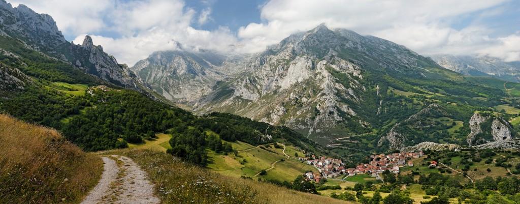 Peña Main (1615), pod szczytem miejscowość Sotres (fot, commons.wikimedia.org)