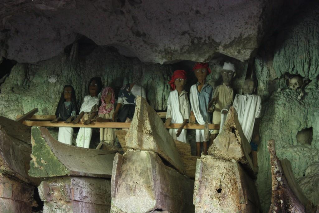 Figurki taus taus przedstawiające zmarłych przodków (fot. commons.wikimedia.org)