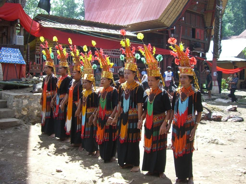 """Kondukt i """"trupa pogrzebowa"""", wykonująca tradycyjne tańce i pieśni (fot. commons.wikimedia.org)"""
