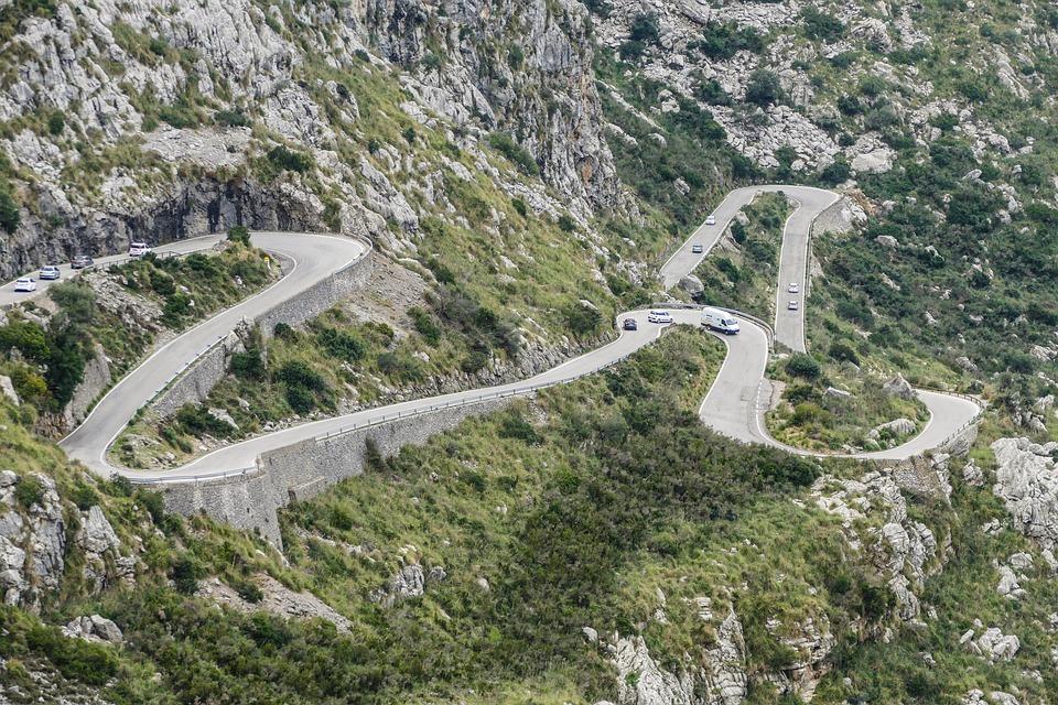 Myślicie, że taka serpentyna to coś wyjątkowego na Majorce? Błąd! (fot. pixabay.com)