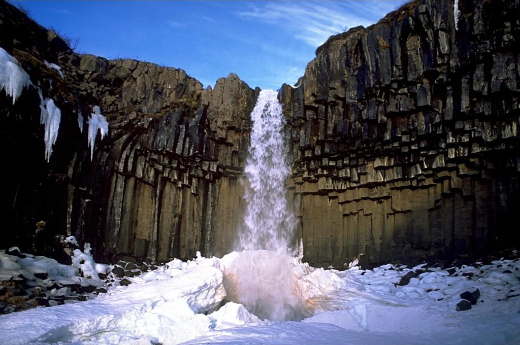Zimowa otoczka Svartifoss jest jeszcze piękniejsza! (fot. commons.wikimedia.org)