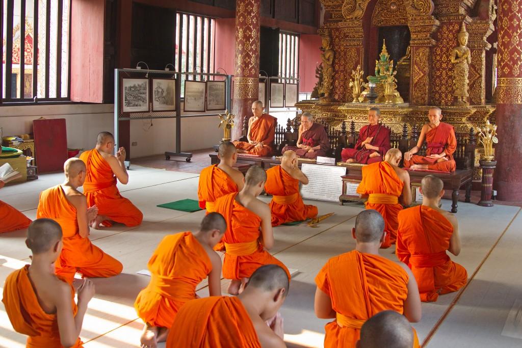 Mnisi w Wat Phra Singh (fot. commons.wikimedia.org)