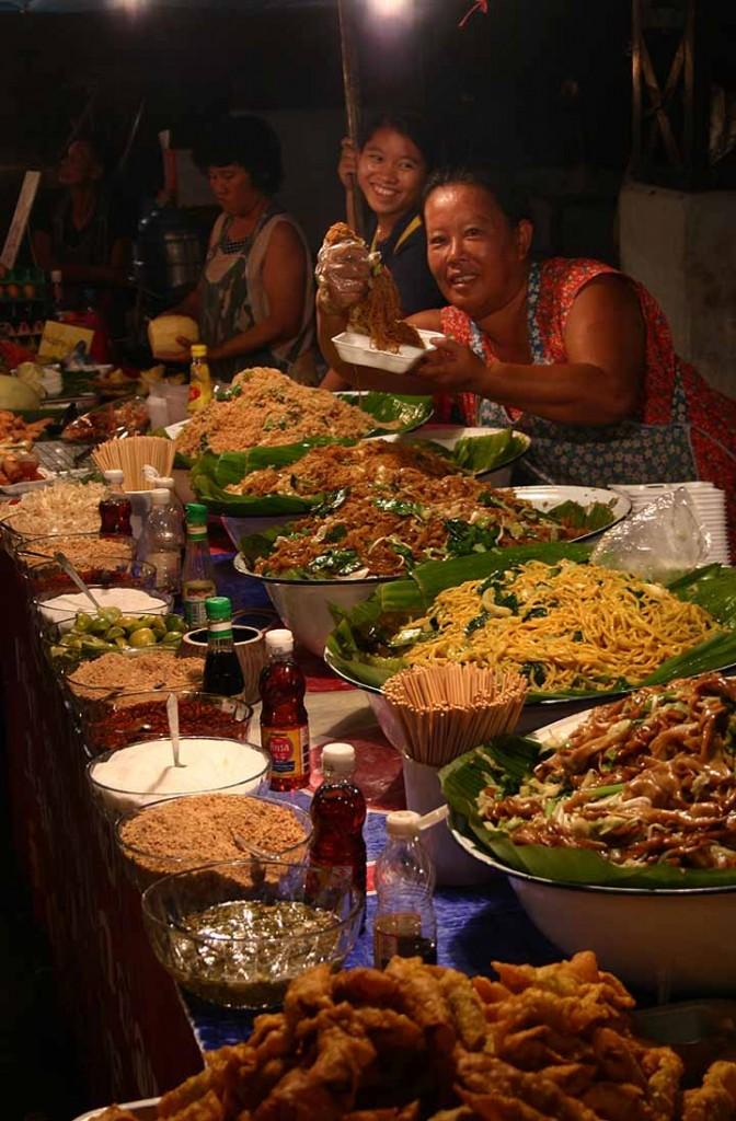 W Chiang Mai nocą można spróbować wyśmienitych potraw za śmieszne pieniądze! (fot. commons.wikimedia.org)