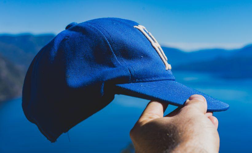 Jak nosić czapkę z daszkiem?