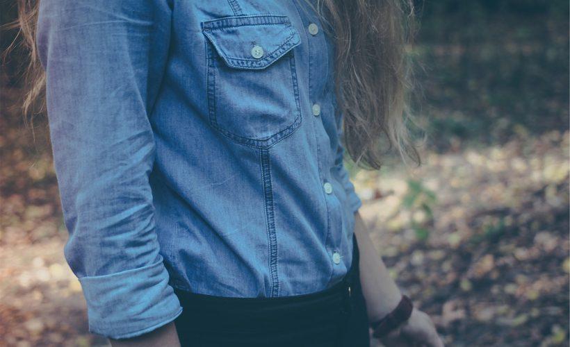 do czego nosić jeansową koszulę