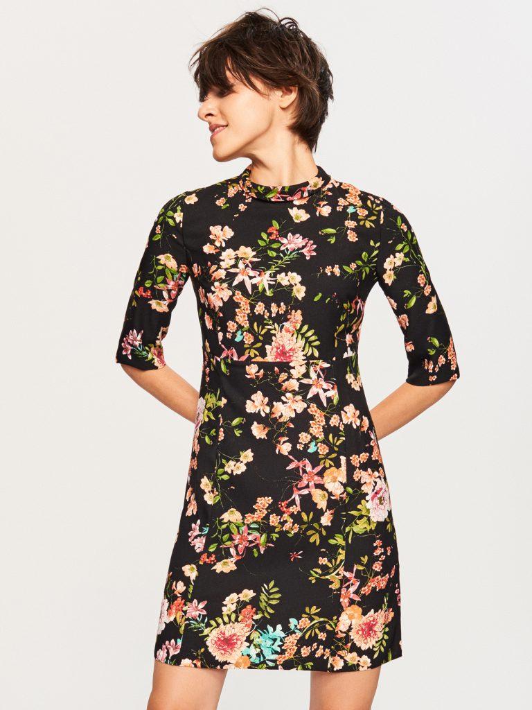 91c39a89fa Popatrz na wspaniałą sukienkę w kwiaty z oferty sukienek Reserved. Sukienka  wykonana z poliestru świetnie się nosi i świetnie pierze.